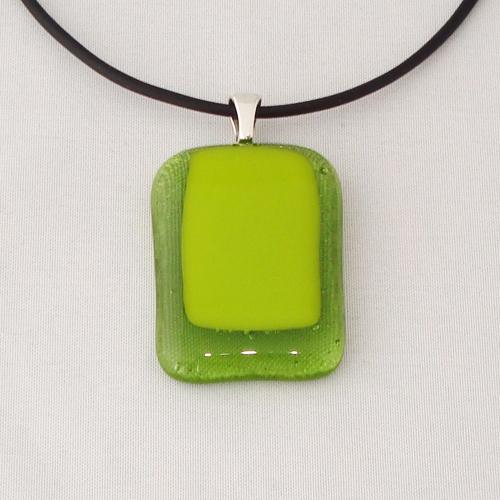 H3285. Helder groen met geel/groen opaal glas. afm. ca. 3.5x2.5 cm.     €9.50.