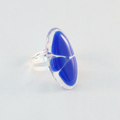 R3183. Helder glas met kobaltblauw opaal glas. afm. ca. 3x1.5 cm.    €6.50.