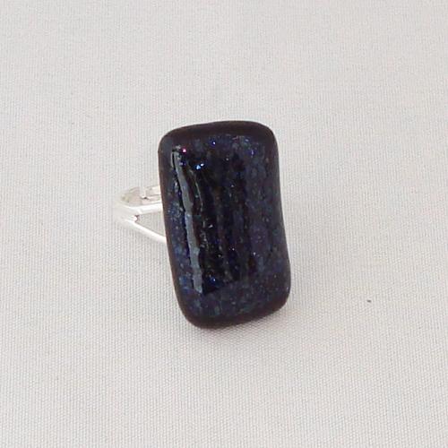 R3277. Donkerblauw glitter opaal glas. afm. ca. 2.5x1.5 cm.    €6.50.