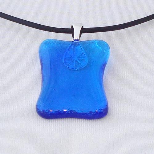 H3303. Helder blauw glas. afm. ca. 3.5x2.5 cm.     €9.50.