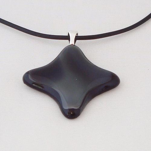H3302. Zwart met grijs gemarmerd opaal glas. afm. ca. 4x4 cm.     €9.50.