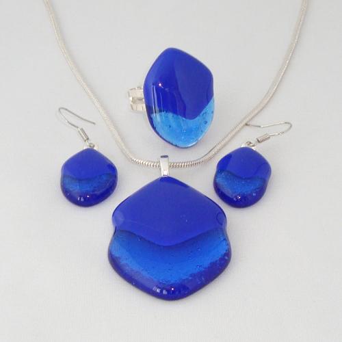 S3236. Helder kobalt blauw met blauw opaal glas.      €25.00.
