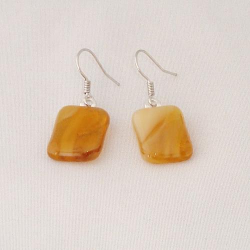 E3299. Amber gemarmerd opaal glas.  afm. ca. 2x1.5 cm.   €6.50.