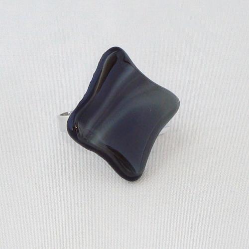 R3302. Zwart met grijs gemarmerd opaal glas. afm. ca. 3x3 cm.    €6.50.