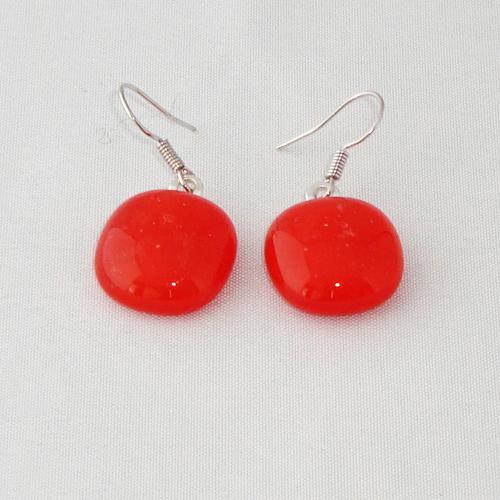 E3245. Rood helder en opaal glas. afm. ca. 1.5x1.5 cm.   €6.50.