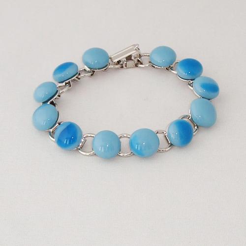 P1168. Schakelarmband met blauw gemarmerde steentjes.     €19.50.