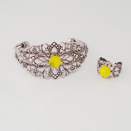 S5923. Geel gemarmerd opaal glas.  €15.00.