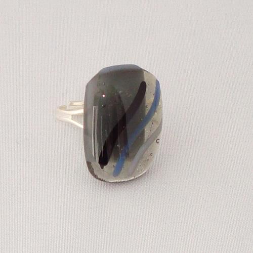 R3265. Helder en opaal grijs glas met streepjes. afm. ca. 2.5x2 cm.    €6.50.