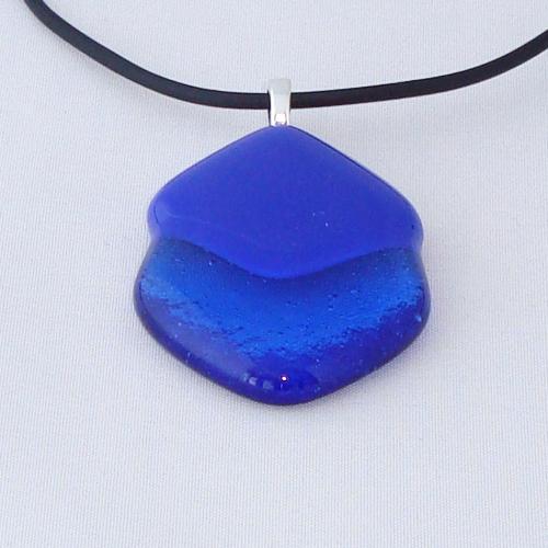 H3236. Kobaltblauw en sky blauw glas. afm. ca. 4.5x3 cm.     €9.50.