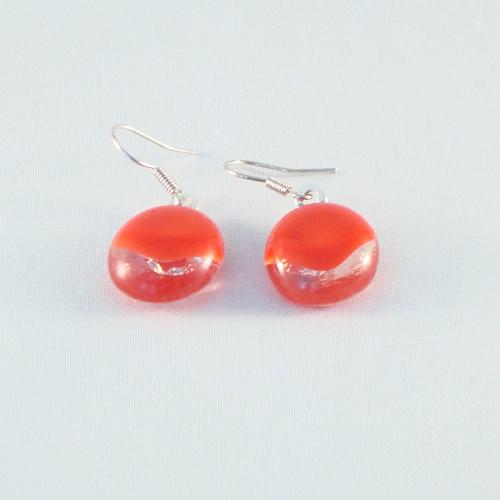 E3181. Helder met rood opaal glas. afm. ca. 1.5x1.5 cm.   €6.50.