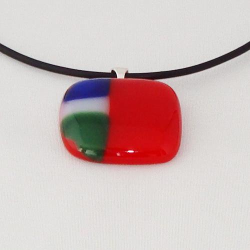 H3322. Rood met groen, wit en blauw opaal glas. afm. ca. 2.5x3 cm.     €9.50.