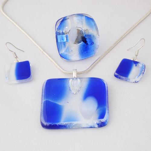 S3244.Helder blauw met wit gemarmerd glas.        €25.00.