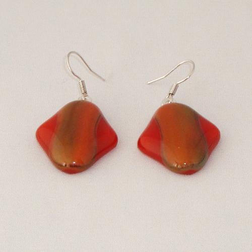 E3309. Helder rood met rood/groen gemarmerd opaal glas. afm ca. 2.5x2 cm.   €6.50.