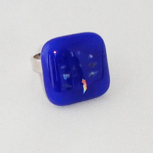 R3317. Blauw opaal glas met glitter. afm. ca. 2x2 cm.    €6.50.