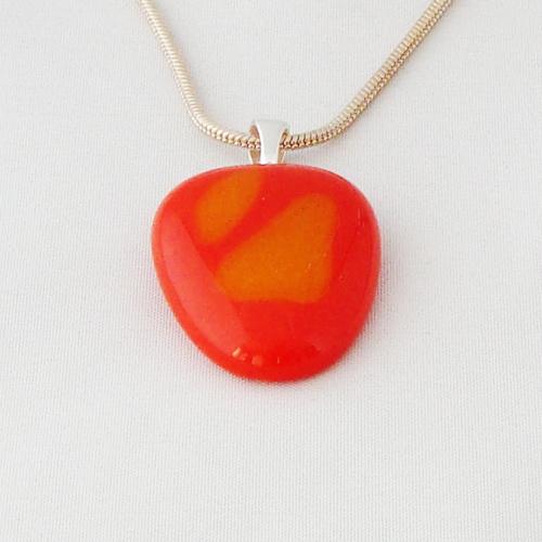 H3333. Oranje en geel opaal glas. afm. ca. 3x2.5 cm.     €9.50.