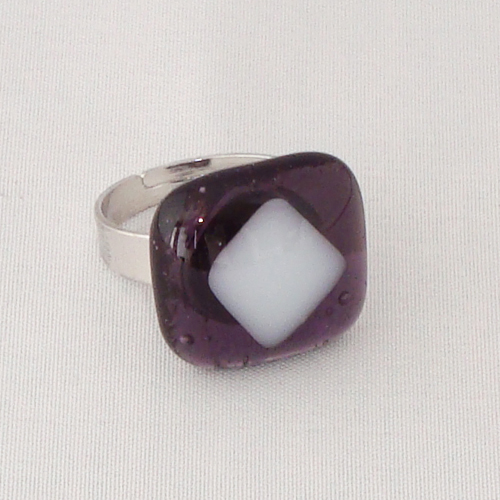 R3240. Helder violet met wit opaal glas. afm. ca. 2x2 cm.    €6.50.
