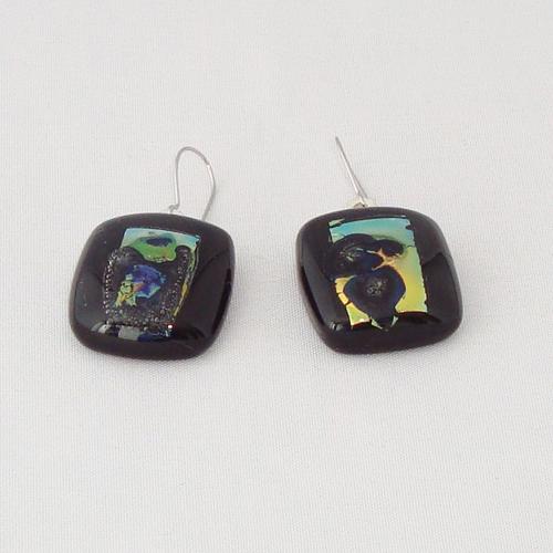 E3289. Zwart opaal met koperkleurig dichroic glas. afm. ca. 2x2 cm.   €6.50.
