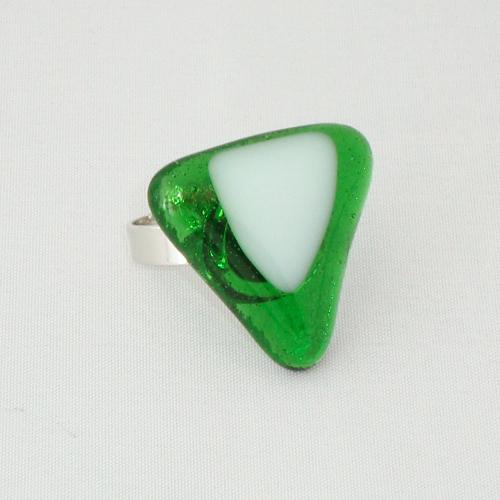R3224. Helder groen met wit opaal glas. afm. ca. 2.5x2.5 cm.    €6.50.