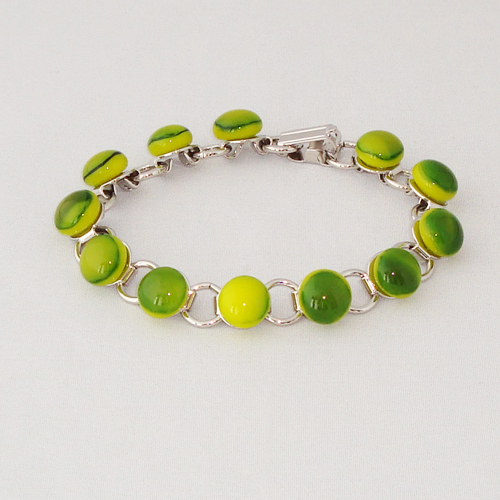 P1169. Schakelarmband met groen/geel gemarmerd steentjes.     €19.50.