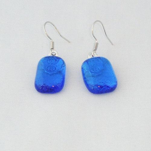 E3303. Helder blauw glas.  afm. ca. 2x1 cm.   €6.50.