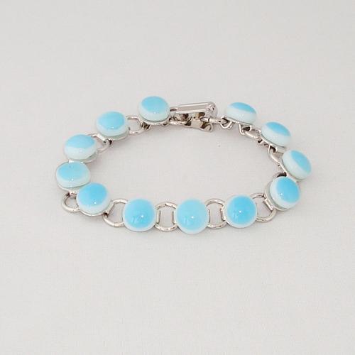 P1179. Schakelarmband met licht blauw en wit gemarmerde steentjes.     €19.50.