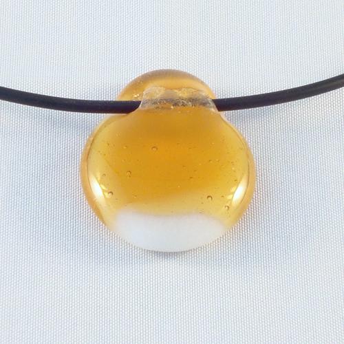 H3171. Wit opaal  met helder amber glas. afm. ca. 3.5x2.5 cm. inclusief rubber koord, want een ketting kan niet door de tunnel.     €9.50.