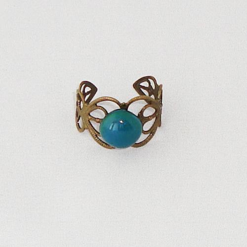 R2021. Bronskleurige filigrain ring met groen/blauw gemarmerd steentje.     €6.50.