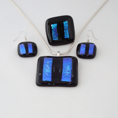 S3254. Zwart opaal glas met blauw dichroic.      €25.00.