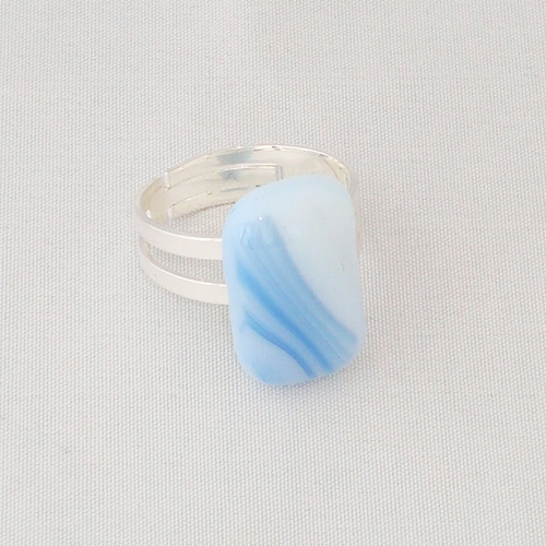 R2019. Licht en donkerblauw gemarmerd glas. afm. ca. 2x1 cm.    €6.50.