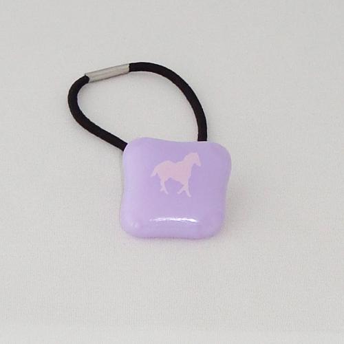A1479. Haarelastiek. lavendel opaal glas met paardje. maat steentje ca 2.5x2.5 cm.      €2.25.