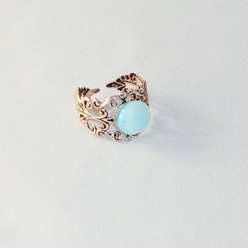 R2027. Filigrain ring met lichtblauw gemarmerd steentje.    €6.50.