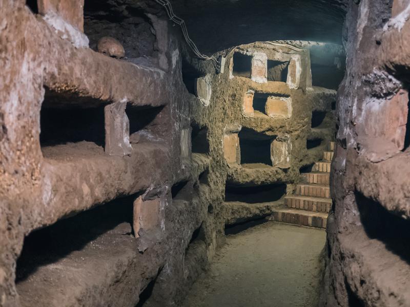 Blick in eine Katakombe in Rom