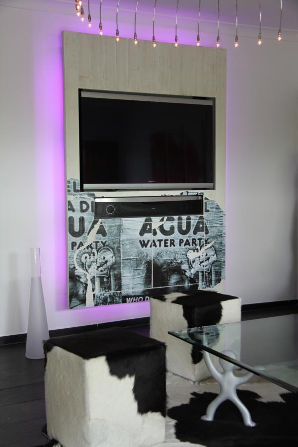 Fernsehwand mit eigenem Foto gestaltet