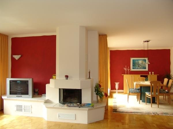 Offener Wohn-Essbereich mit verbundenen Wandelementen