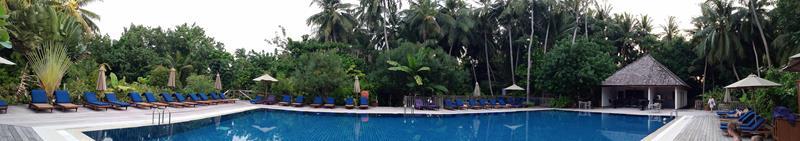 Pool in der Mitte der Insel