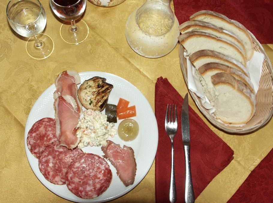 Antipasto: sopressa, ossocollo, pancetta, sottaceti, insalata russa...