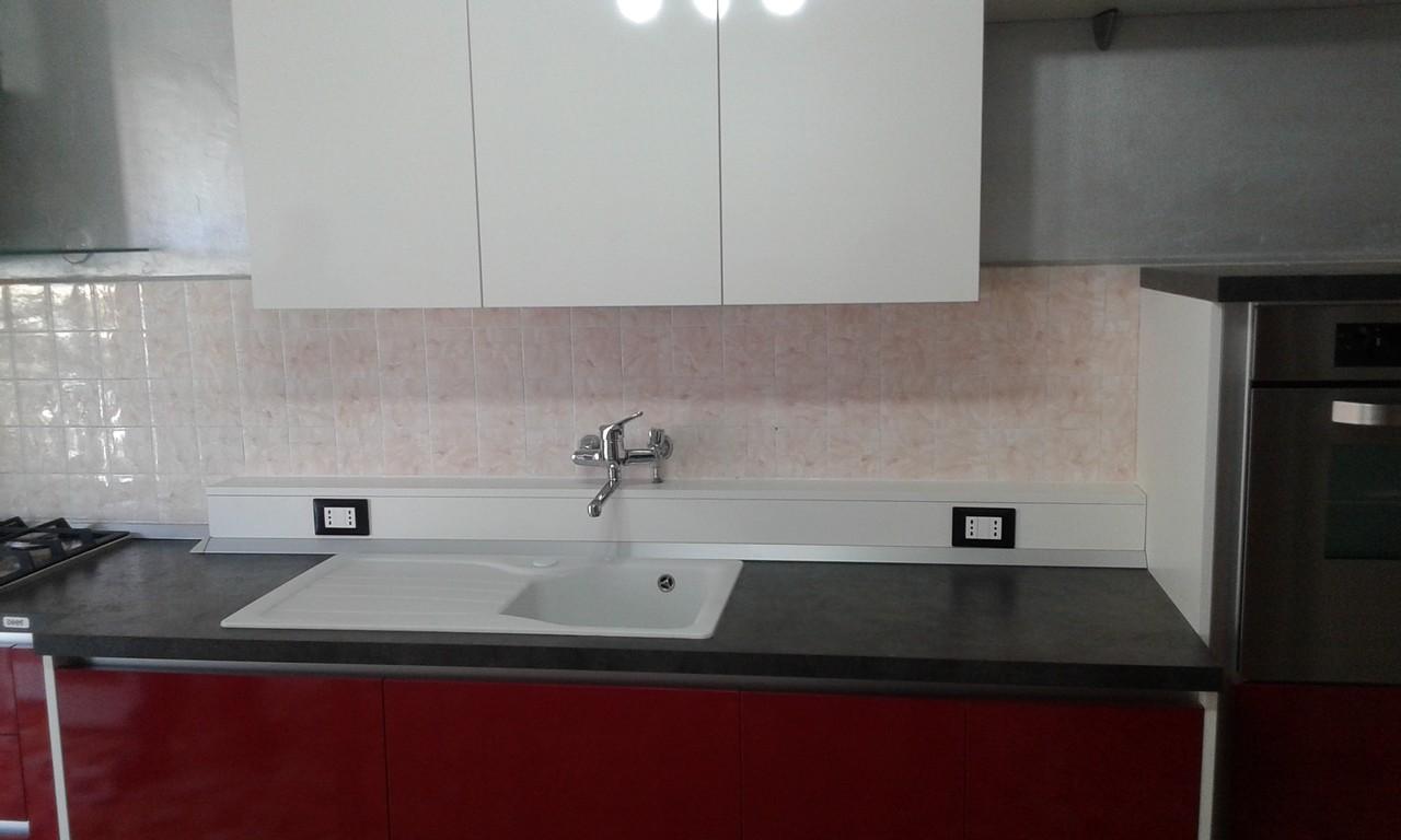 Cucina in laminato hpl lucido con canale per prese elettriche progettazione arredo realizzazione - Hpl piano cucina ...