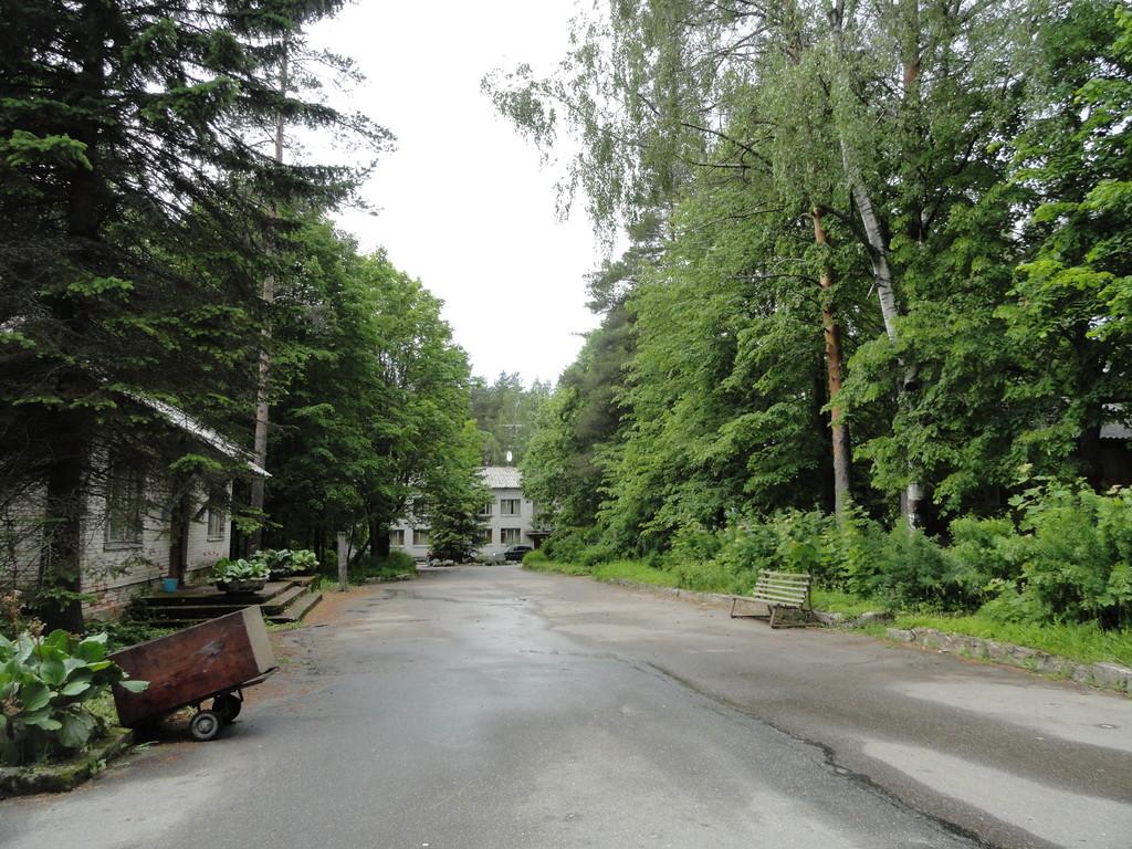 Дорога к Нахимовскому озеру через турбазу
