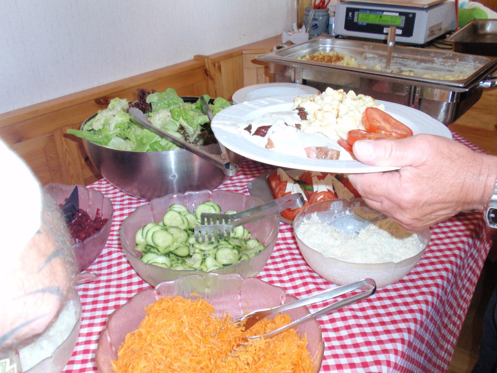 Salate und Beilagen warten