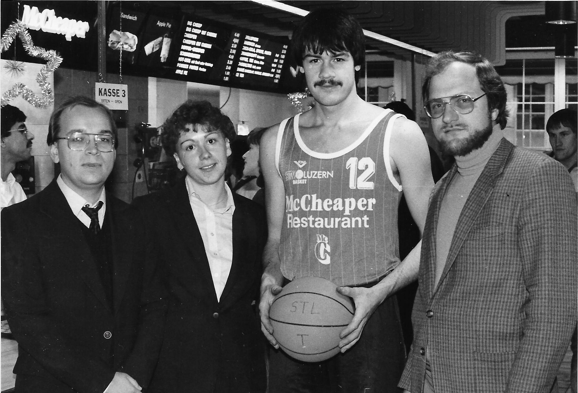1983/1984 - Besuch beim Sponsor McCheaper mit Daniel Peter (mitte; späterer Präsident) sowie damaliger Präsident Georges Theiler (rts.)