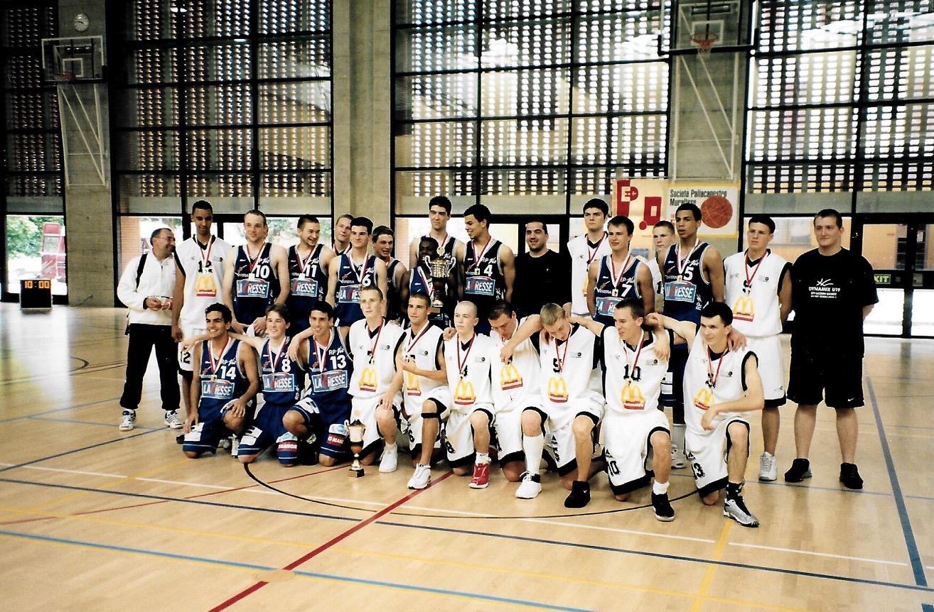 2001/2002 - Die U19 Finalteams STV Luzern (Vize; weisses Dress) und Blonay Basket mit den Gebrüdern Sefolosha (4 + 5)