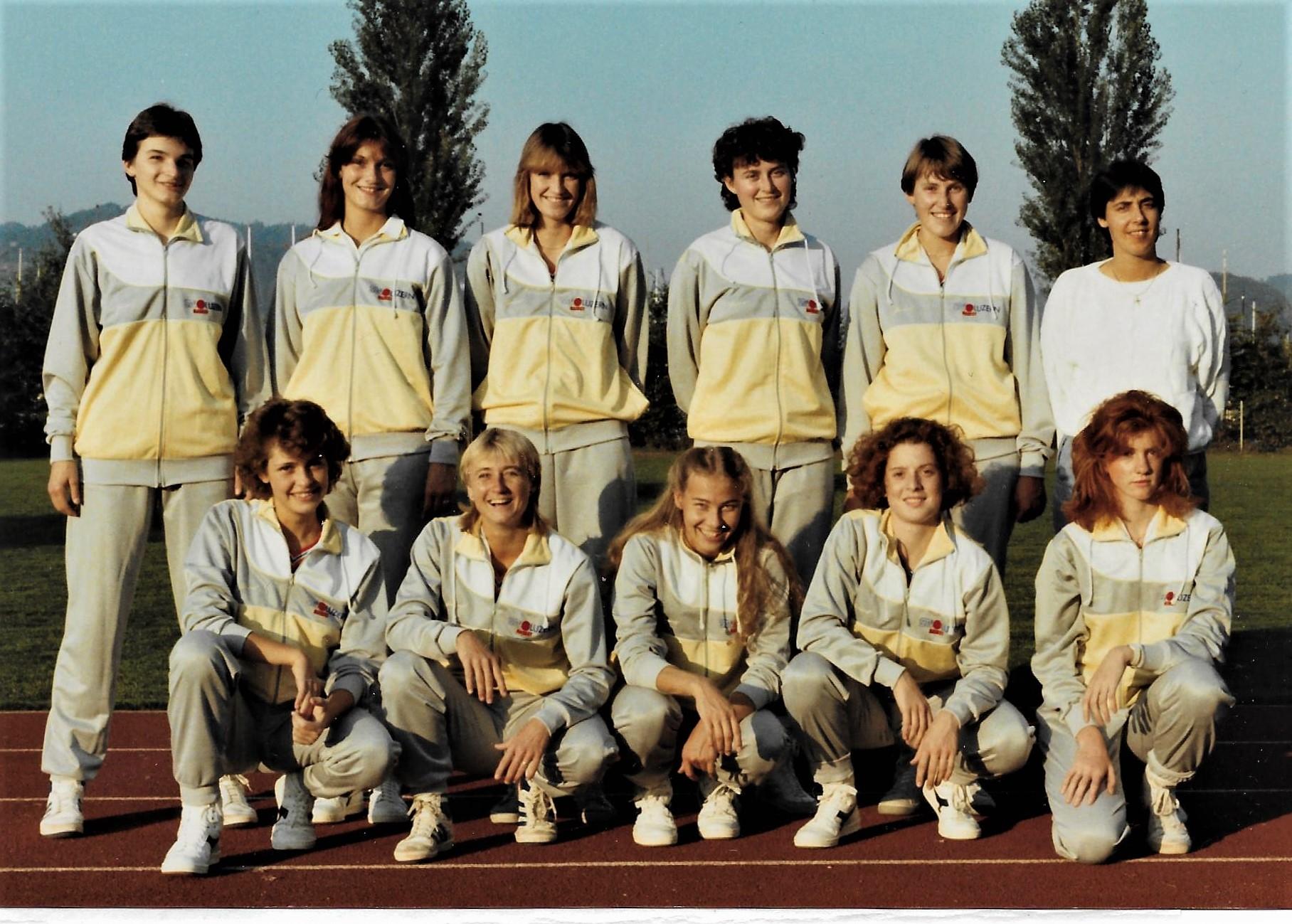 1985/1986 - STV Luzern Damen mit Teamchefin Silvia Kuster (hinten rts.)