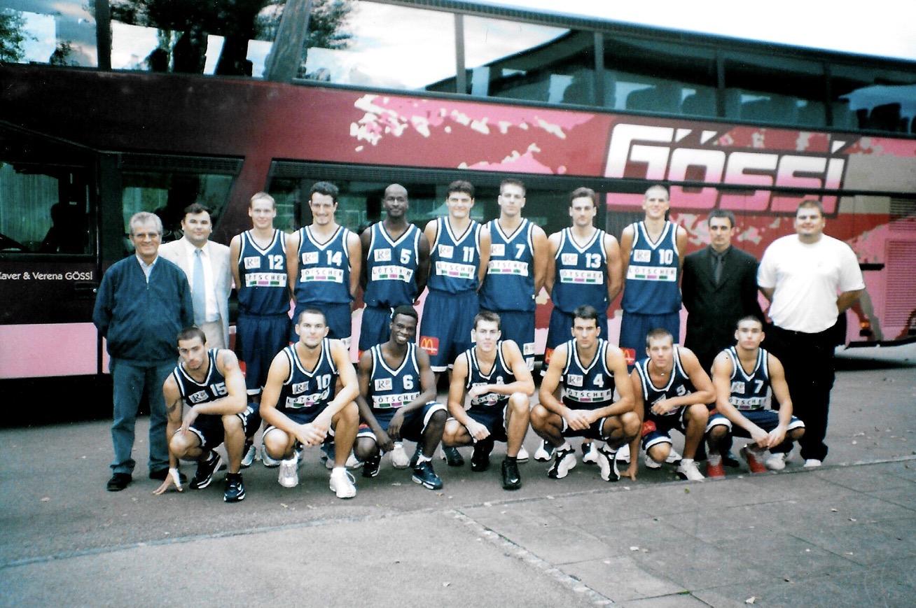 2001/2002 - Reuss Rebels Herren mit Zoran Popovic (4) und Milenko Tomic (Coach; hinten 2.v.lks.)