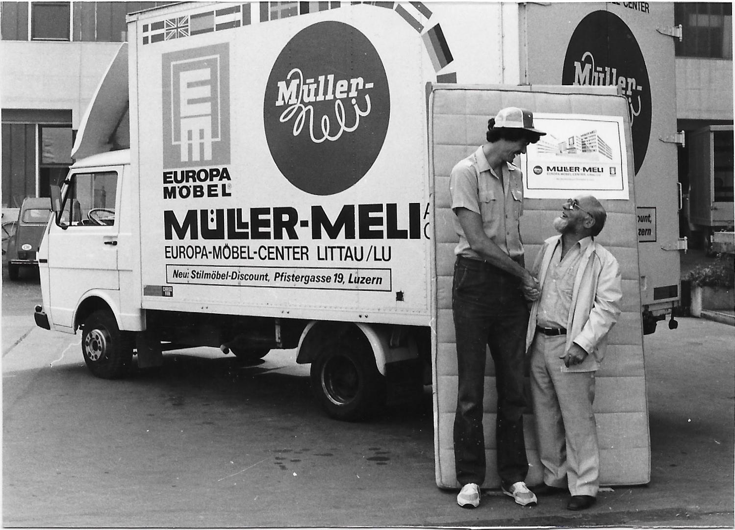 1982/1983 - Für seine 2.11m Körpergrösse erhält Dave Netherton vom Möbel-Center Müller-Meli eine Matratzen-Spezialanfertigung