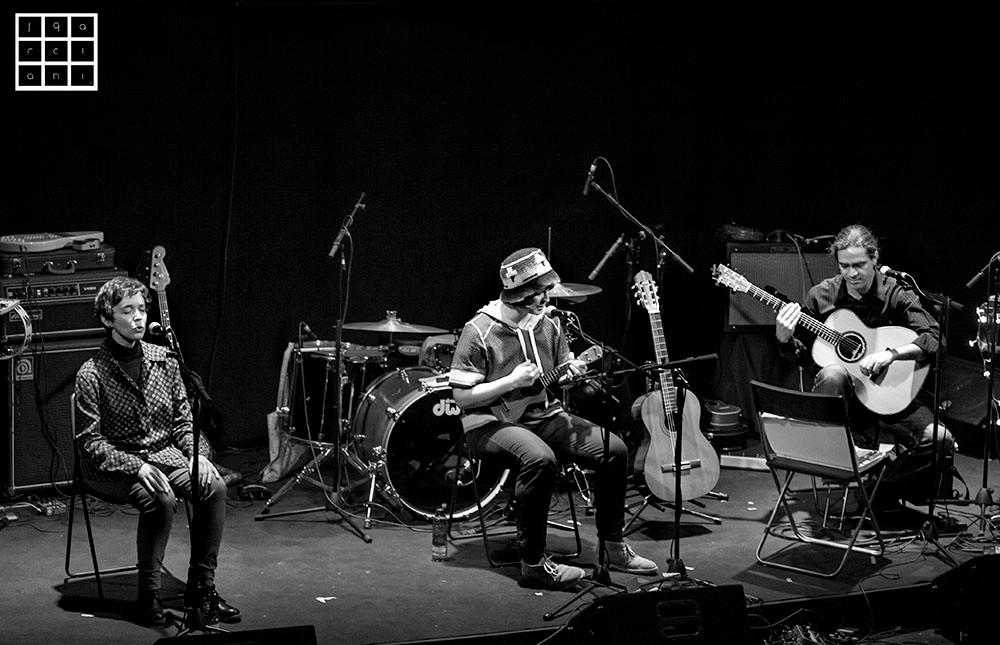 Yani Martinelli (ukelele), Julio García (guitarra acústica) y Carmen Ros (coros)