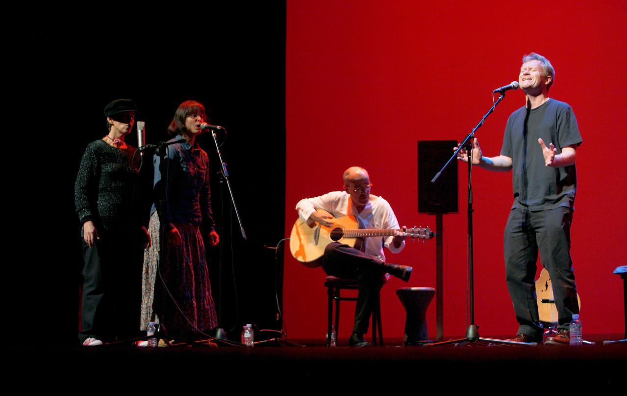 Mark Walden con Julio García, Isidro Solera, Yani Martinelli y Carmen Ros.  Foto: Ricardo Solanes