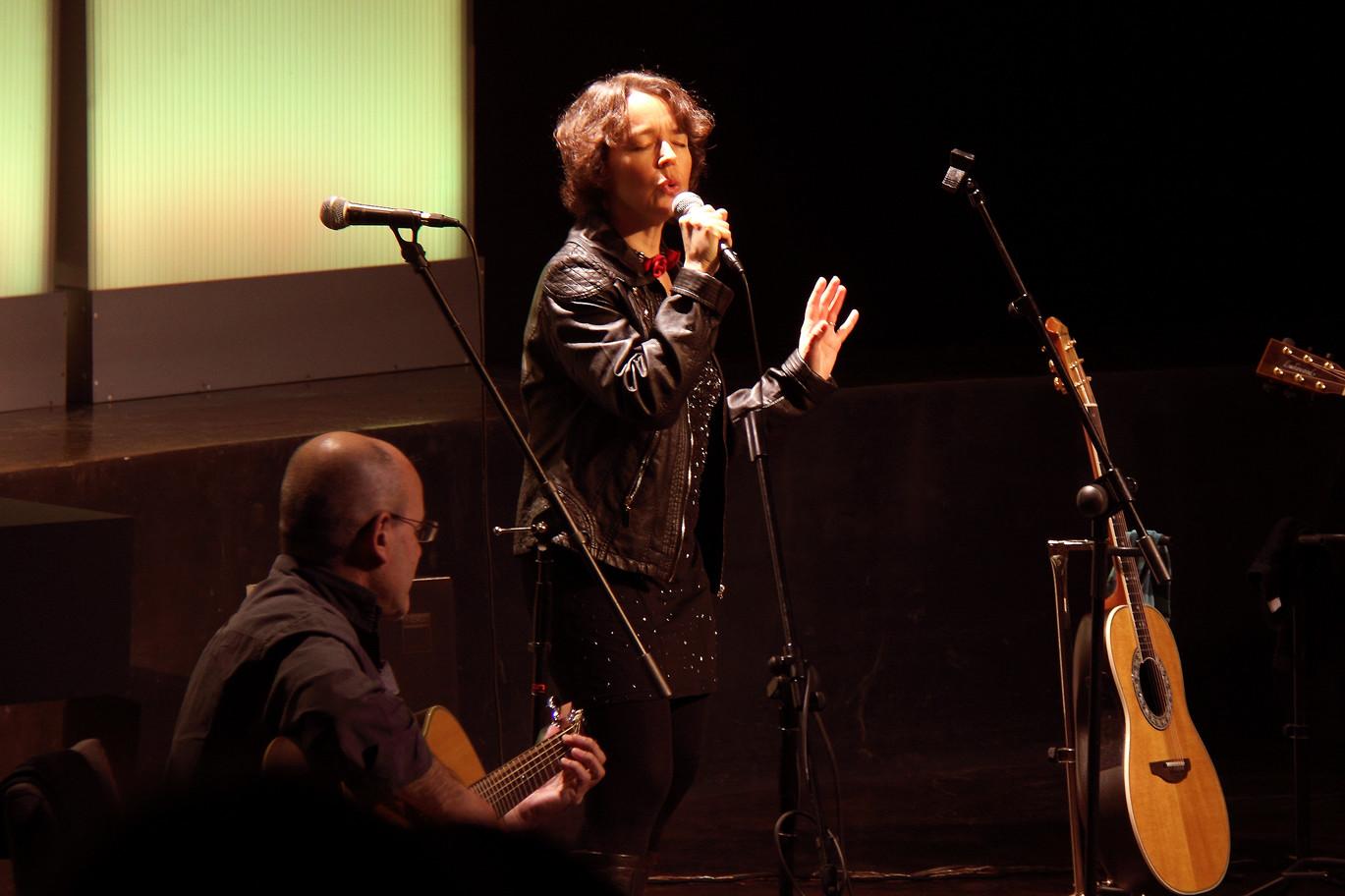 Julio García, Isidro Solera (guitarras), Carmen Ros (voz)