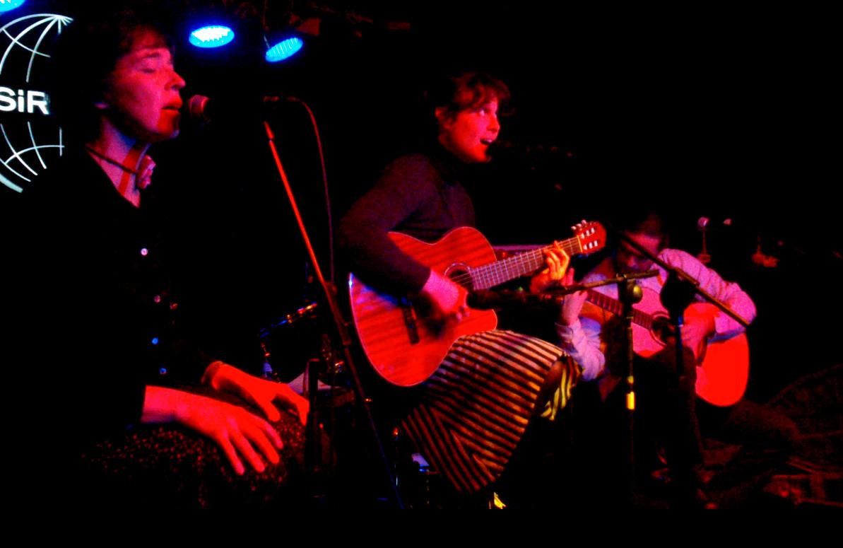 Yani Martinelli, voz y guitarra. Julio García, guitarra. Carmen Ros, coros.