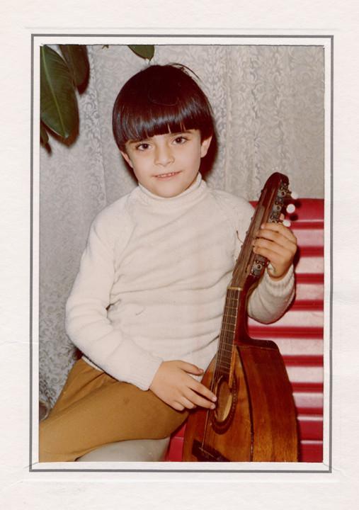 El pequeño Julio García, con cuatro años con una bandurria de atrezzo