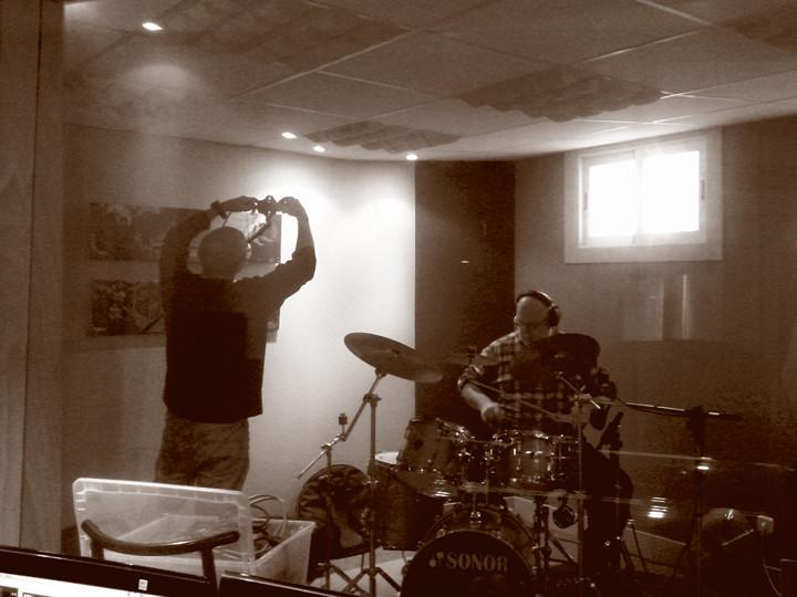 Javier Bergia (batería) en Producciones Aguijón, Ávila, grabación de The warmest place